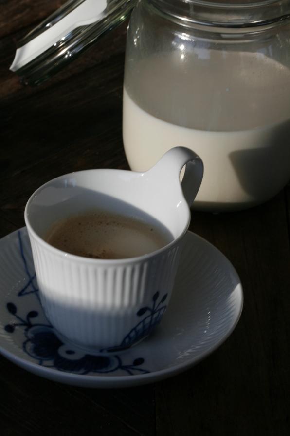 mandelmelk og kaffe